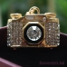 Фотоапарат - златист ключодържател с много кристали