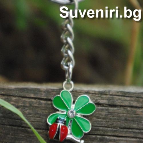 Сувенир за късмет - калинка, кацнала на детелинка