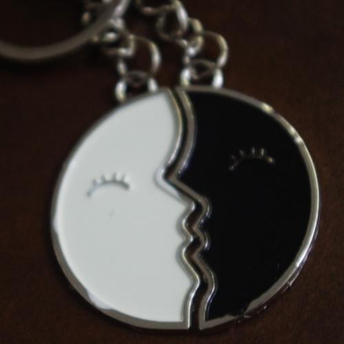 Нежен ключодържател от две части - целувка